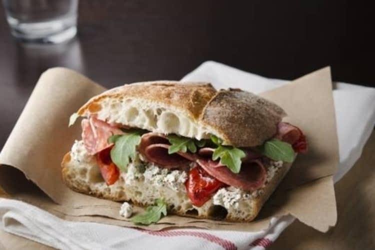 Mordez à pleines dents dans un sandwich grandiose