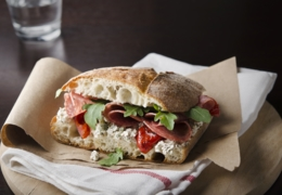 Modez à pleines dents dans un sandwich