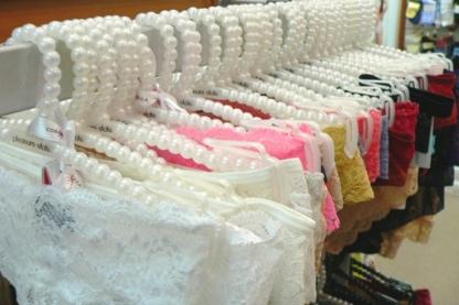 Monaliza's Lingerie Ltd - Magasins de lingerie - 604-266-4598