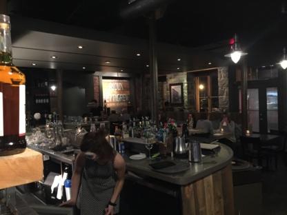 Chez Rioux & Pettigrew - Restaurant Le Quai 19 - Pubs - 418-694-4448