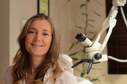Brigitte Bouffard électrolyse sous microscope - Traitements à l'électrolyse