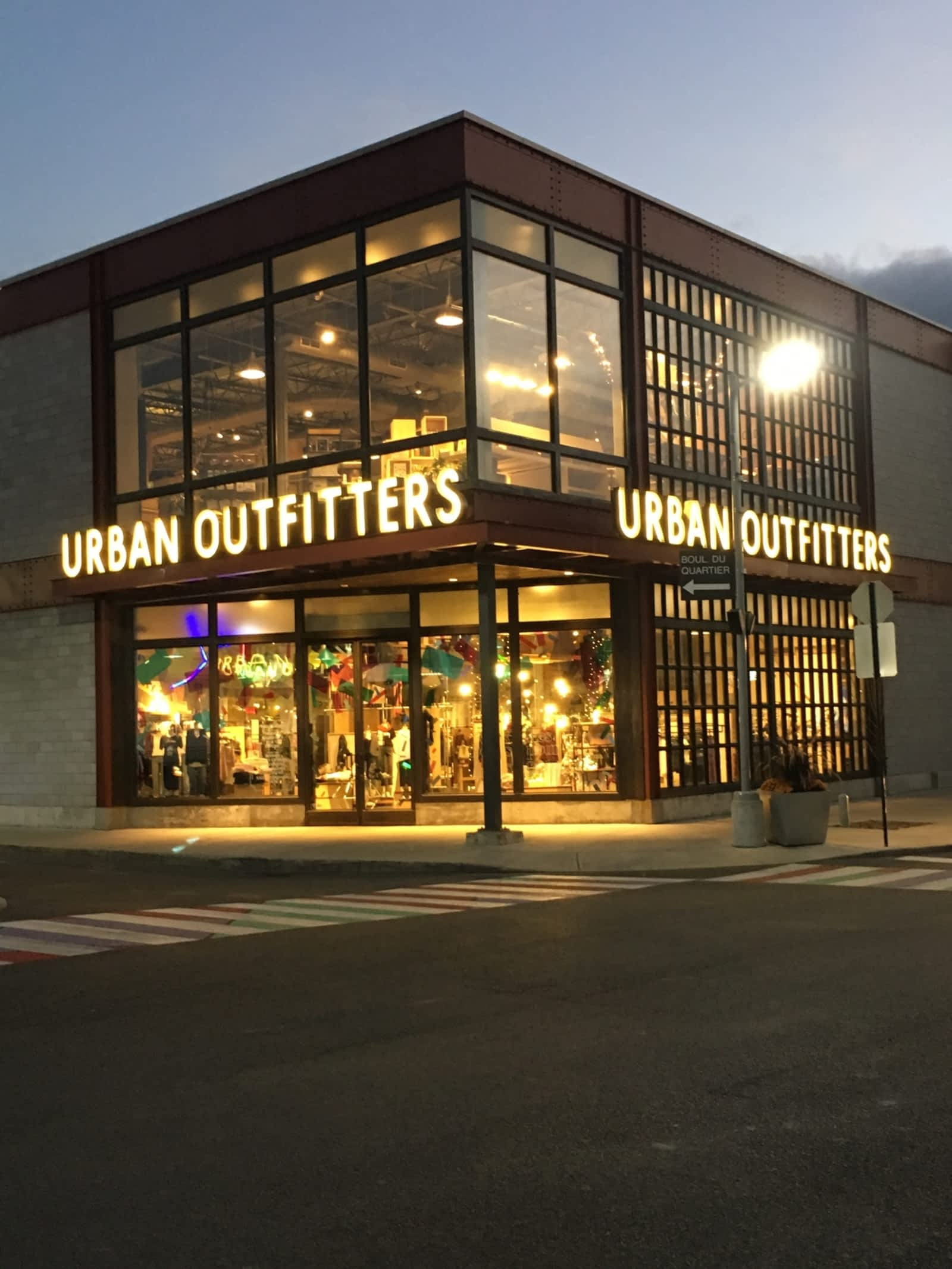 Urban outfitters store front images for Interno 5 urban store